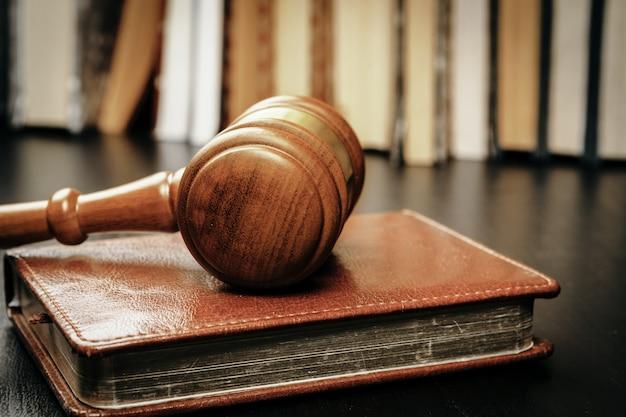 Immagine del martello in legno giudice sul blocco note