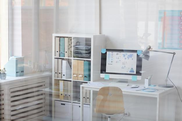 Immagine del posto di lavoro con computer con presentazione medica sullo schermo presso l'ufficio del medico