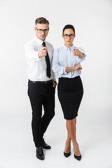 Immagine di giovani colleghi di lavoro coppia isolata sopra il muro bianco che punta a te.