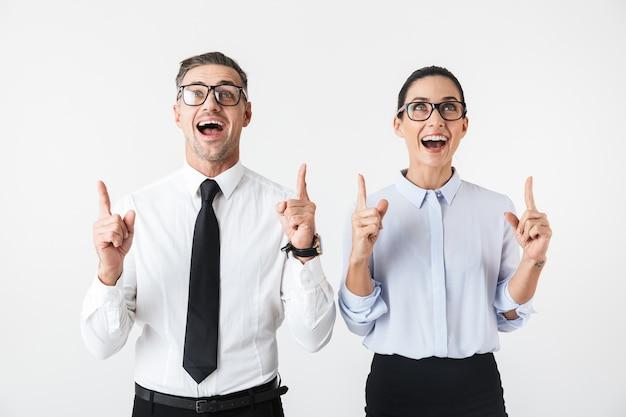 Immagine di giovani colleghi di lavoro felice coppia isolata su puntamento bianco muro.