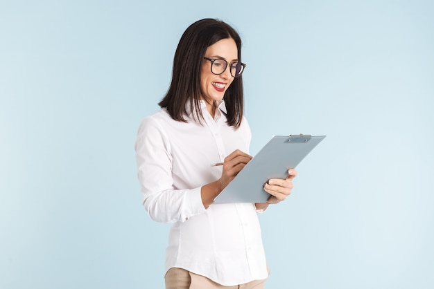 Immagine di una giovane donna incinta di affari isolata holding appunti.