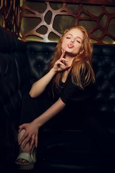 Immagini di bella ragazza affascinante sul divano