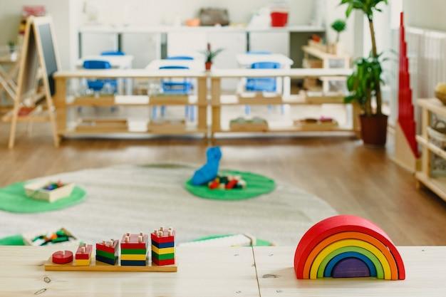 Immagini di un'aula montessori con tutto il materiale per la scuola