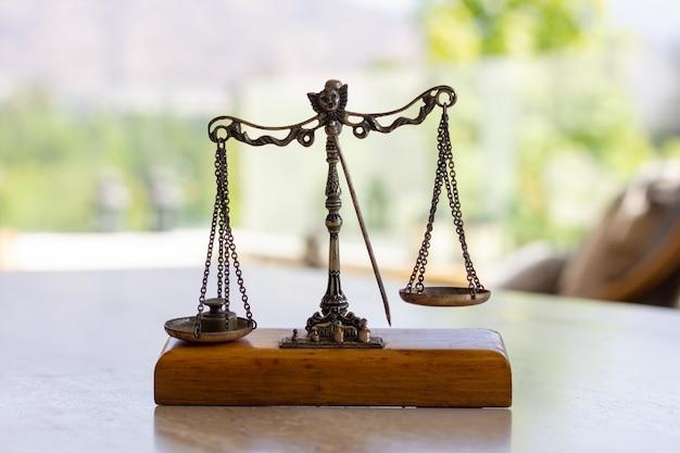Bilancia bilanciata in miniatura con peso sul piatto sinistro pesa concetti di giustizia dello strumento