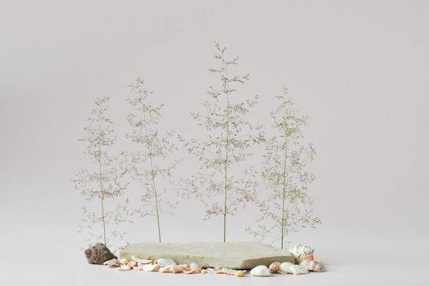 Imitazione del podio dell'isola per la presentazione di prodotti rispettosi dell'ambiente. una vetrina di un prodotto naturale per il branding.