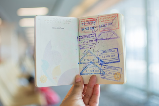 Francobolli di immigrazione sul passaporto all'aeroporto.