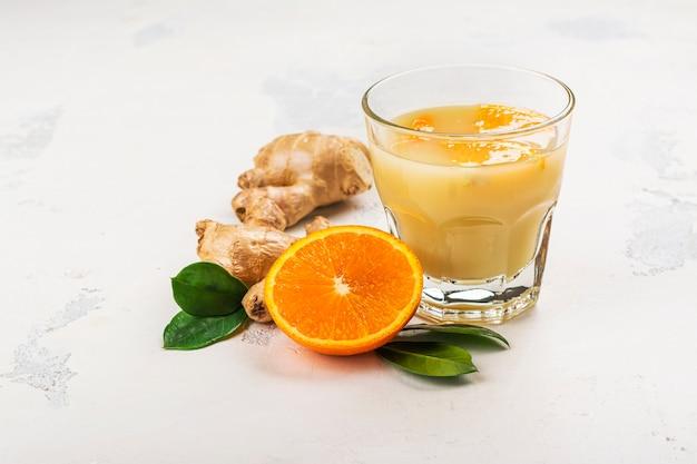 Bevanda stimolante dell'immunità. zenzero fatto in casa e succo d'arancia