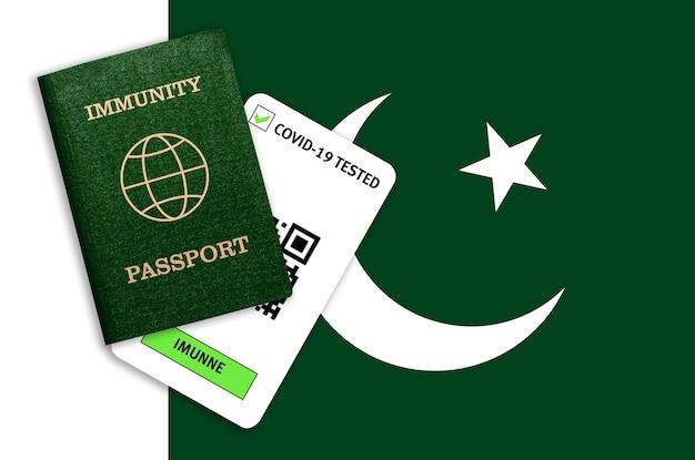 Passaporto di immunità e risultato del test per covid-19 sulla bandiera del pakistan. certificato per le persone che hanno avuto il coronavirus o fatto il vaccino.