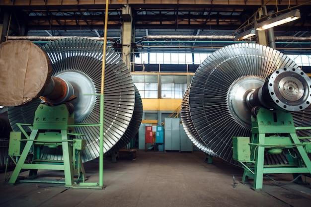 Giranti con palette su fabbrica di turbine