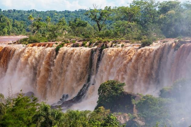 Impessive iguassu (iguazu) falls on the argentina - brazil border, instagram filter. potenti cascate nelle giungle.