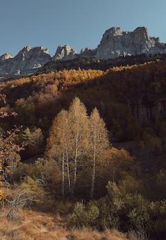 Vista imponente sulle montagne e sui raggi del sole