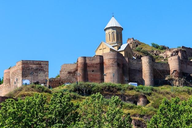 Antica fortezza inespugnabile narikala e chiesa di san nicola a tbilisi, georgia