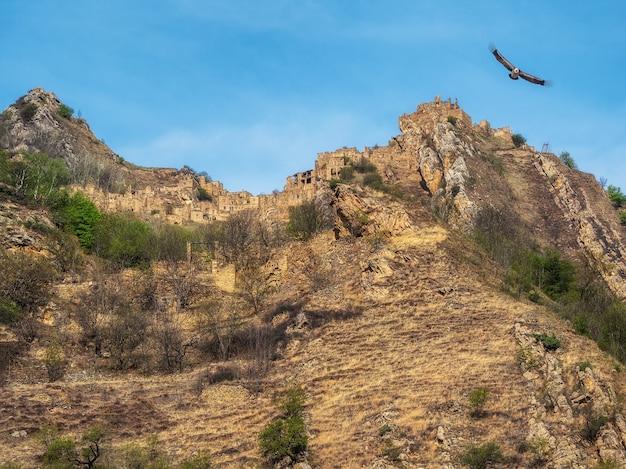 Villaggio etnico inespugnabile sulla cima di una montagna. vecchia città fantasma abbandonata di gamsutl, daghestan, russia.