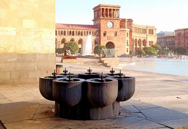 Impressionanti fontane di acqua potabile chiamate pulpulak con la government house sullo sfondo, piazza della repubblica di yerevan, armenia