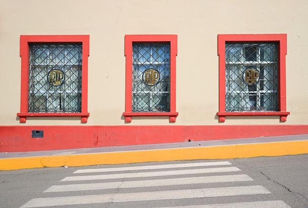 Impressionante facciata dell'edificio nella città di puno, perù, sud america
