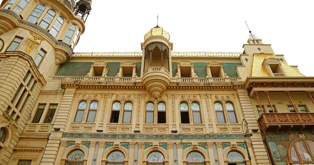 Imponente facciata della banca nazionale della georgia a batumi city, georgia