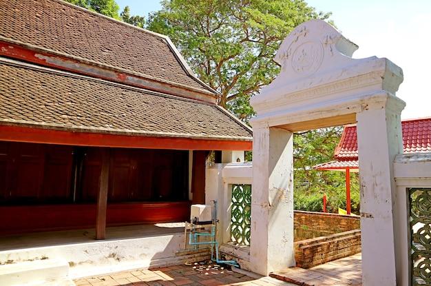 Imponente porta al molo fluviale di wat choeng tha antico tempio buddista, ayutthaya, thailandia