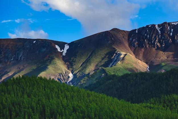 Una catena montuosa impressionante nella steppa kuray della repubblica di altai, russia