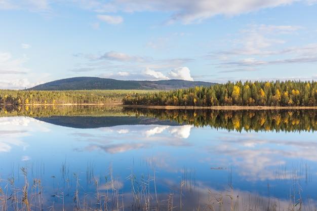 Vista impressionante delle montagne del parco nazionale di sarek nella lapponia svedese. messa a fuoco selettiva