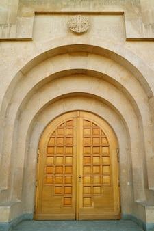 Impressionante porta di legno della cattedrale di yerevan, distretto di kentron, yerevan, armenia