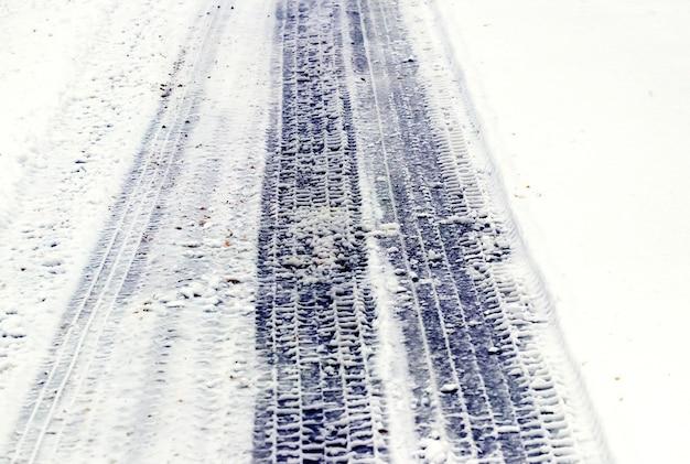 Impronta di un pneumatico per auto sulla neve bagnata