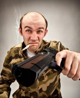 Bandito sfacciato con la pistola