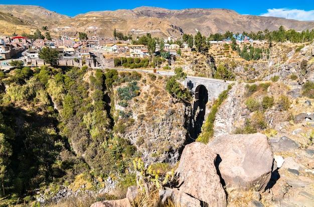 Il ponte inca sul fiume colca a chivay, perù