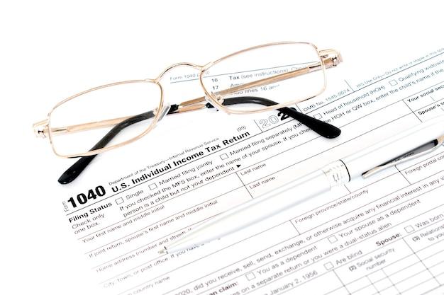 Imposta sul reddito con istruzione e occhiali.
