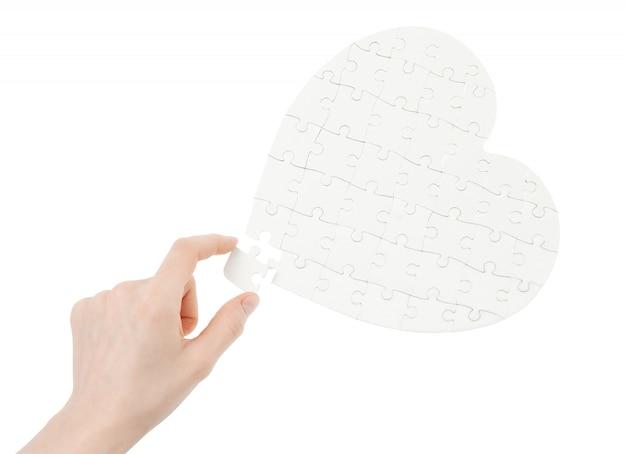 Puzzle incompleto a forma di cuore isolato su bianco
