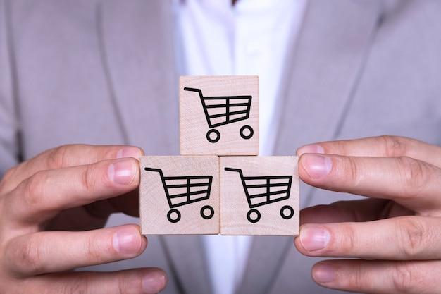 L'aumento delle vendite rende il business di successo, piramide di cubi