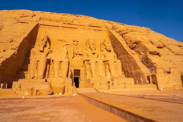 L'incredibile tempio di abu simbel ricostruito sulla montagna nel sud dell'egitto in nubia vicino al lago nasser. tempio del faraone ramses ii, stile di vita di viaggio