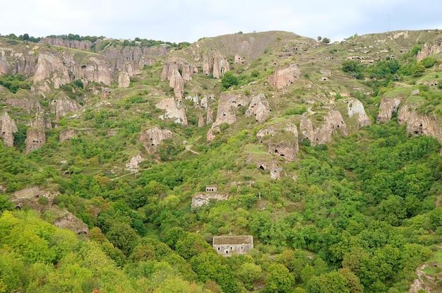 Incredibili grotte e formazioni rocciose dell'antica khndzoresk, un villaggio nella provincia di syunik in armenia