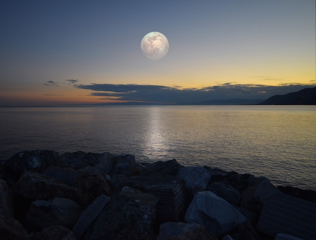 Incredibile chiaro di luna riflesso sul mare in liguria
