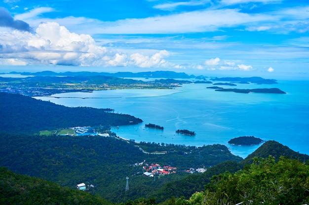L'incredibile natura di un'isola tropicale. montagne verdi e acqua blu perfetta. un luogo paradisiaco sulla terra.