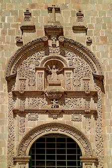 Incredibili rilievi della porta laterale della cattedrale di puno, puno, perù, sud america