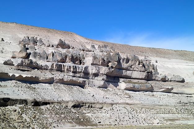 Incredibili formazioni rocciose lungo il mountainoad nella riserva nazionale di salinas y aguada blanca regione di arequipa in perù