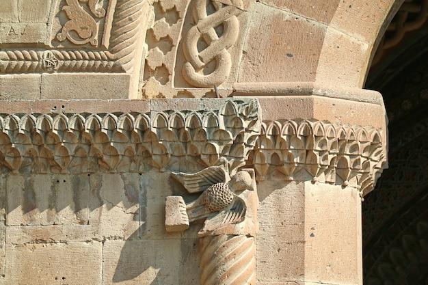 Incredibili ornamenti di scultura in pietra sulla facciata della madre sede della santa cattedrale di etchmiadzin, città di vagharshapat, armenia