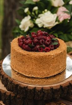 Una torta al miele incredibilmente bella con lamponi