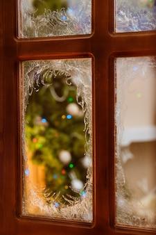 I disegni incredibilmente belli sono disegnati dal gelo sulle finestre delle case
