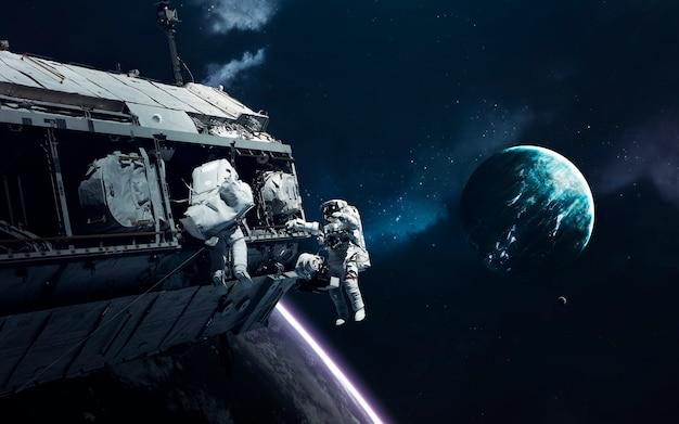 Pianeti incredibilmente belli, galassie, bellezza oscura e fredda dell'universo infinito