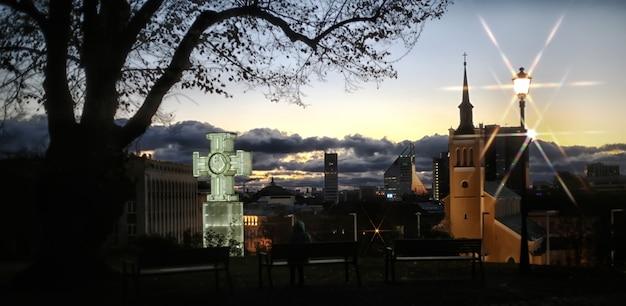 La colonna della vittoria della guerra di indipendenza è un pilastro di vetro e una croce eretta nel 2009 per commemorare la guerra d'indipendenza estone del 1918-1920. al sorgere del sole. tallinn, città vecchia, estonia