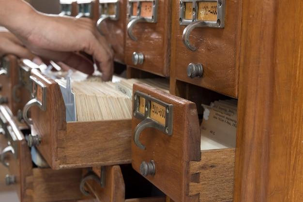 Armadi indice in una biblioteca in legno.
