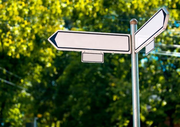 L'indice di due strade su sfondo verde