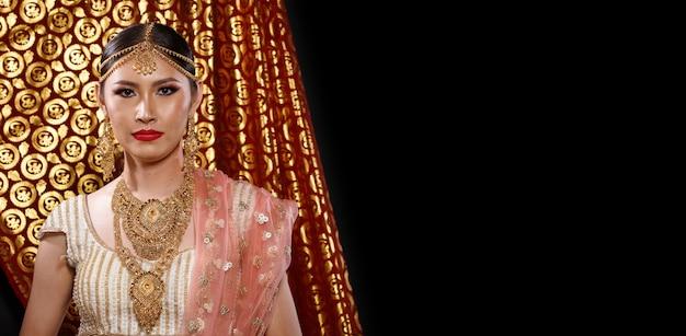 India costume tradizionale abito da sposa matrimonio sul ritratto di bella donna