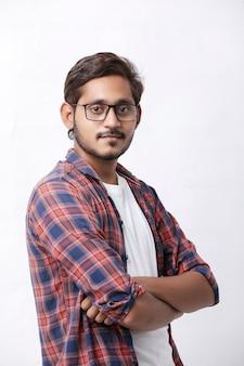 Uomo indiano o asiatico che dà espressione multi pal su sfondo bianco