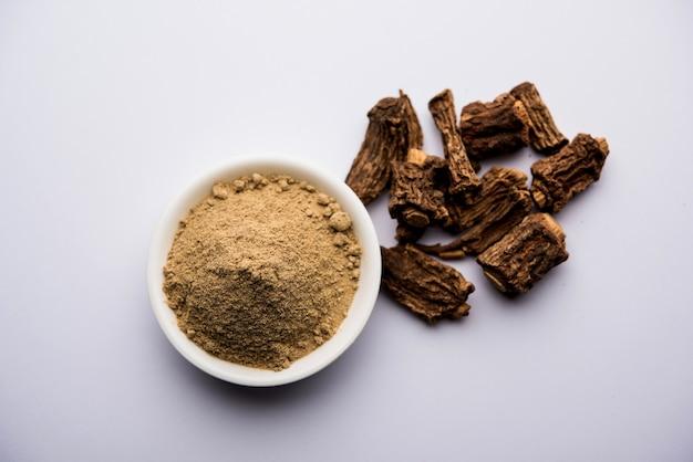 Sarsaparilla ayurvedica indiana, hemidesmus indicus o ananthamoola o naruneendi o nannari in polvere e vapore essiccato