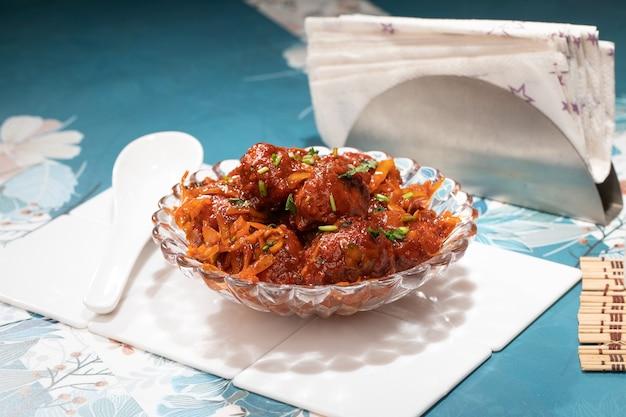 Base indiana dry gobhi manchurian, manchurian è il popolare cibo di strada dell'india e della cina fatto con cimette di cavolfiore e altre spezie