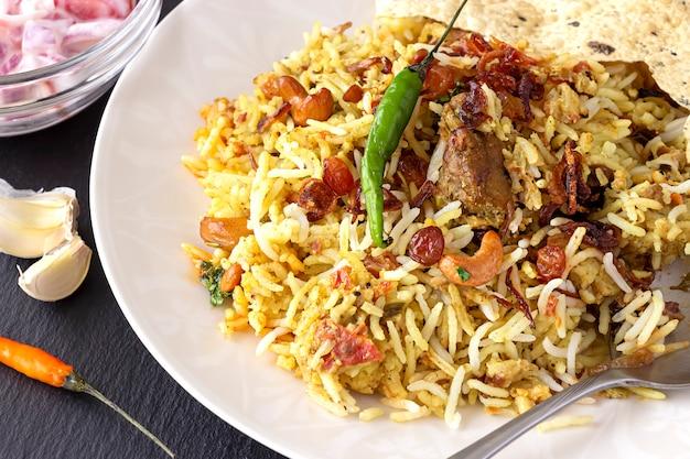 Biryani indiano con contorni, aglio e peperoncino