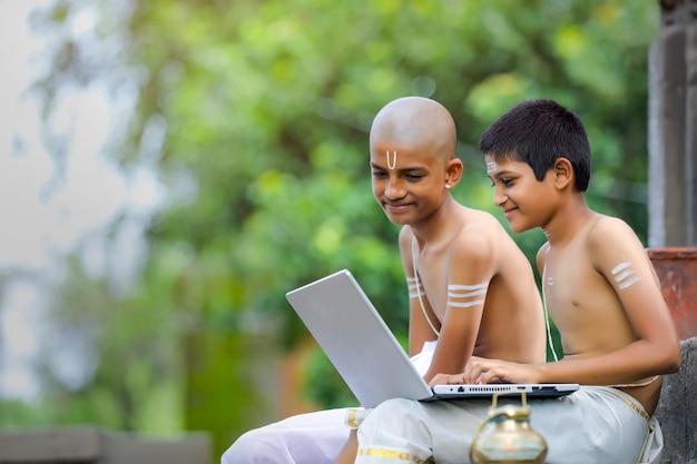 Ragazzi indiani che imparano sul computer portatile
