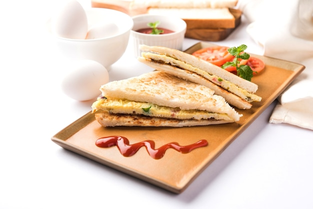 Frittata di pane indiano o sandwich di frittata servito con ketchup. med up di uova di gallina. servito su sfondo lunatico. messa a fuoco selettiva